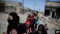 Mosul sakinləri şəhərin azad edilməsi əməliyyatları intensivləşdikcə yaşadıqları yerləri tərk edir
