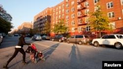 """Une femme derrière une poussette dans le quartier de Clifton, aussi appelé, """"Little Liberia"""", Staten Island, New York, le 25 octobre 2014"""