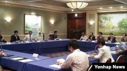 지난 7월 한국 통일부 주최로 도쿄에서 열린 한반도 국제포럼. 한일 당국자 및 전문가들이 박근혜 정부의 대북정책 등에 대해 의견을 교환했다.