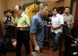 许志永(前排左二)2009年7月资料照)