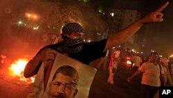 Một ủng hộ viên của Tổng thống bị lật đổ Mohammed Morsi trong một cuộc biểu tình ở trung tâm thủ đô Cairo, ngày 15/7/2013.