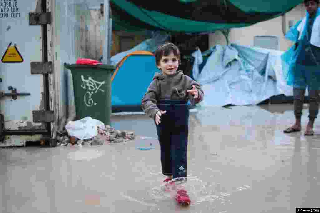 Meskipun Kamp Vial menyediakan akomodasi dalam peti kemas, keluarga Irak yang baru tiba ini harus tidur di tenda karena kurangnya tempat. Keadaan memburuk saat hujan turun.