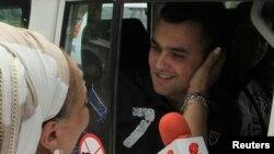 La ex congresista Piedad Córdoba saluda al policía Víctor González uno de los liberados por la guerrilla.