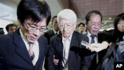 被中国拘押并获得释放的三名日本人之一(中)周四抵达上海浦东机场