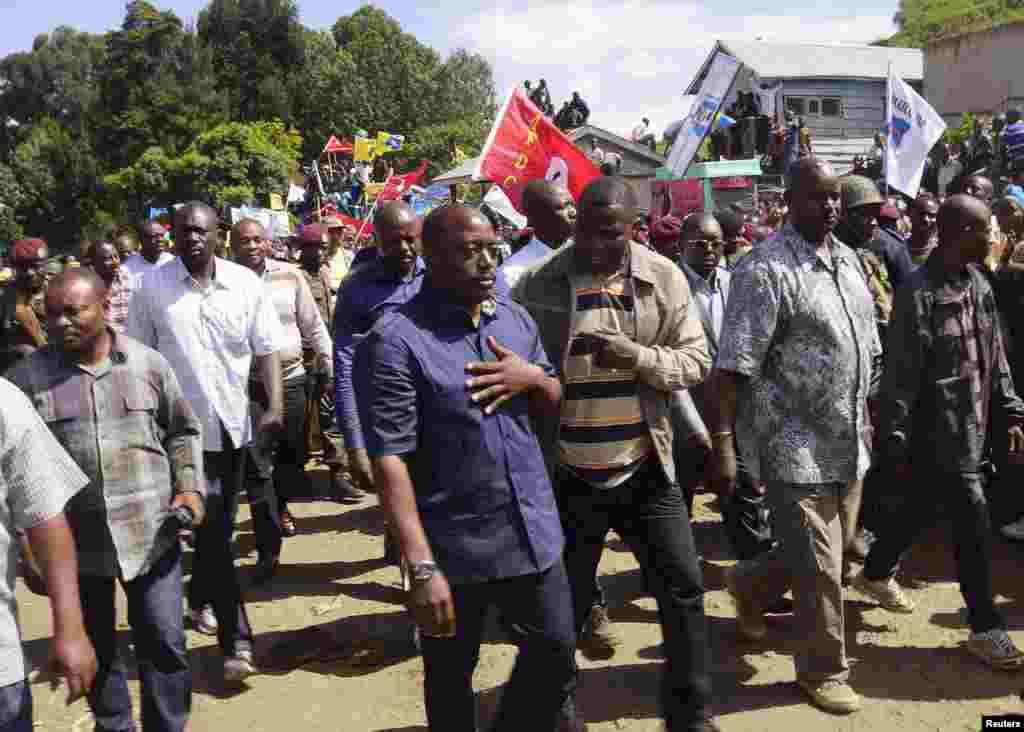 ژورف کابیلا رئیس جمهوری کنگو در کنار مردم در خیابان های بوناگانا، که پیشتر در کنترل شورشیان بود قدم می زند - ۳۰ نوامبر ۲۰۱۳