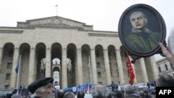 Митинг у грузинского парламента. В руках у одного из манифестантов портрет президента Гамсахурдия. Архивное фото.