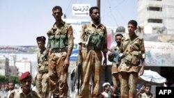 Các binh sĩ đào thoát canh gác một con đường dẫn tới Quảng trường Thay đổi ở Sana'a, nơi hàng ngàn người biểu tình chống chính phủ tụ tập đòi Tổng thống Abdullah Saleh từ chức, ngày 28/9/2011