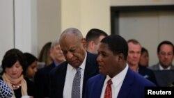 Bill Cosby ingresa a la sala del tribunal para el quinto día de deliberaciones en su juicio por asalto sexual en el Cndado de Montgomery, en Norristown, Pennsylvania. Junio 16, 2017.