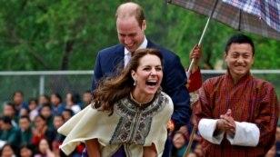 Istri Pangeran William, Duchess of Cambridge, melepaskan panah dalam perlombaan di Thimphu, Bhutan (14/4). (Reuters/Cathal McNaughton)