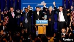 El demócrata Ralph Northam (centro) celebra su triunfo por la gobernación de Virginia junto al gobernador saliente, Terry McAuliffe (extremo izquierdo) y otros funcionarios electos.