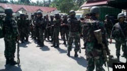 Pasukan TNI yang merupakan bagian dari 1.700 personel gabungan TNI Polri yang dilibatkan dalam operasi Camar Maleo 4 (VOA/Yoanes).