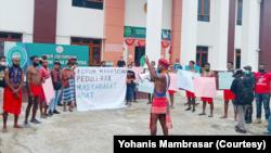 Mahasiswa menggelar aksi di halaman PTUN Jayapura mendukung pencabutan ijin perusahaan sawit di Sorong. (Foto: Courtesy/Yohanis Mambrasar)