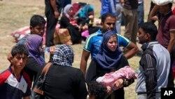 伊斯兰国激进份子占领伊拉克城市拉马迪后该城居民逃离家园(2015年5月16日)