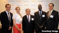 지난 2015년 유엔 기금(United Nations Foundation)이 주최한 강연회에서 쏜 모지스 촐 씨(오른쪽 두번째)가 안토니오 구테흐스 유엔사무총장(가운데)과 함께 기념사진을 촬영했다.