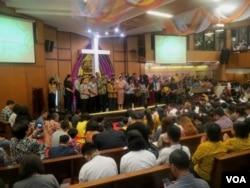 Doa bersama lintas iman di GKI Diponegoro, mendoakan Surabaya aman dan masyarakat berani melawan terorisme (foto VOA-Petrus Riski).