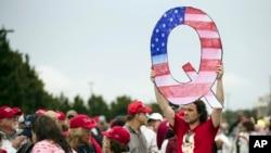 2 Ağustos 2020 - Pennsylvania'da Başkan Trump'ın mitingine katılan bir Amerikalı komplo teorisi hareketi temsil eden Q harfi şeklinde pankart taşıyor