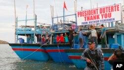 Ngư dân Việt Nam vẫy chào tạm biệt Tổng thống Philippines sau khi bị bắt vì đánh bắt trái phép hồi năm ngoái.