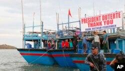 Các ngư dân Việt Nam vẫy chào Tổng thống Philippines Duterte cuối năm ngoái sau khi được phóng thích. Trước đó, họ bị bắt giữ vì bị cáo buộc đánh bắt trái phép trên vùng biển của quốc gia Đông Nam Á này.