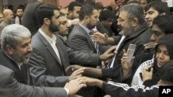 ایک فائل فوٹو میں حماس کے رہنما خالد مشال دسمبر 22 کو دمشق میں ایشیا کانوائے کا استقبال کررہے ہیں