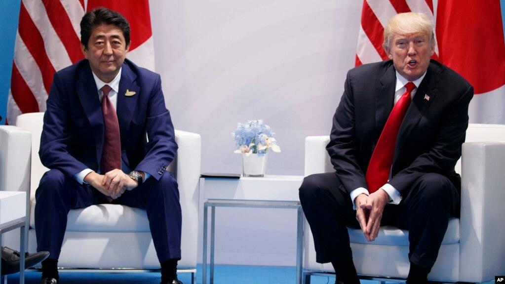 Tư liệu - Tổng thống Mỹ Donald Trump (phải) phát biểu trong một cuộc hội kiến Thủ tướng Nhật Bản Shinzo Abe tại hội nghị Thượng đỉnh G20, ngày 8 tháng 7, 2017, ở Hamburg, Đức.