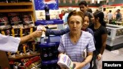 Los precios autorizados por el gobierno no se respetan debido a la falta de productos en tiendas y supermercados.