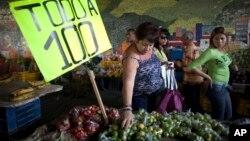 Los economistas pronostican que la medida podría llevar la inflación hasta 900% este año.