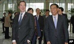 英国财政大臣乔治•奥斯本(左)与中国工商银行董事长姜建清