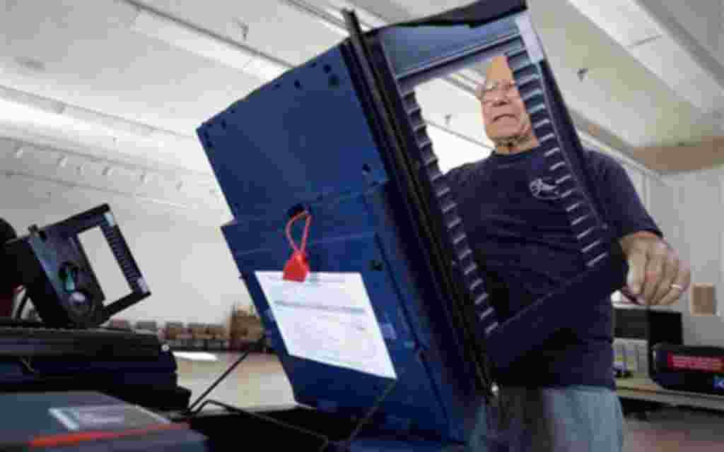 Máquinas electorales en el colegio electoral de Searchlight, Nevada, el hogar natal de Harry Reid.