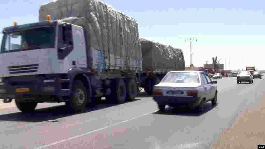 Ben Guerdane traffic to Libya. (L. Bryant/VOA)
