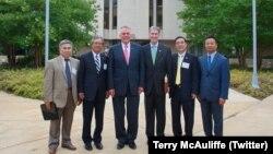 Đại sứ Việt Nam tại Mỹ Phạm Quang Vinh (thứ hai từ trái) và các quan chức Việt Nam khác chụp hình chung với Thống đốc bang Virginia Terry McAuliffe (thứ ba từ trái) và Bộ trưởng Thương mại và Mậu dịch Virginia, Todd Haymore (thứ ba từ phải) sau một cuộc gặp gỡ vào ngày 11 tháng 7, 2017.