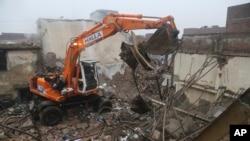 Tim SAR melakukan pencarian korban yang selamat di antara puing-puing bangunan di Lahore, Pakistan, Selasa, 28 Januari 2020.