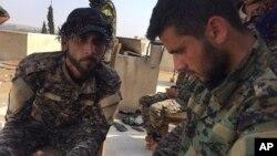 兩名敘利亞的庫爾德戰士資料照。