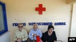 Meštani sede ispred gradske bolnice u Tebi, na oko 90 km od Atine. (snimak iz juna 2011.)