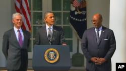 美国总统奥巴马(中)3月13日在白宫宣布对华贸易新措施,右为美国贸易代表柯克