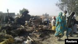 Des déplacés marchent dans le camp bombardé par erreur par l'armée nigériane, à Rann, Nigeria, le 17 janvier 2017.