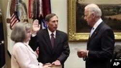 彼得雷乌斯2011年9月6日在拜登副总统的主持下宣誓就任中情局局长。站在一旁手捧圣经的是他的妻子。