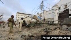 Polisi Somalia mengamankan sekitar hotel Maka Al-Mukarama saat berlangsungnya serangan kelompok ekstremis Al-Shabab di Mogadishu, 27 Maret 2015 (REUTERS/Feisal Omar).
