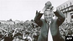 Борис Ельцин приветствует 12 тысяч своих сторонников на митинге в Туле. Россия. 30 мая 1991 года
