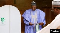 Shugaban Najeriya, Muhammadu Buhari, a lokacin da zai kada kuir'arsa a zaben 2019 a mahaifarsa ta Daura, jihar Katsina State da ke Najeriya, ranar 23, Fabrairu, 2019.