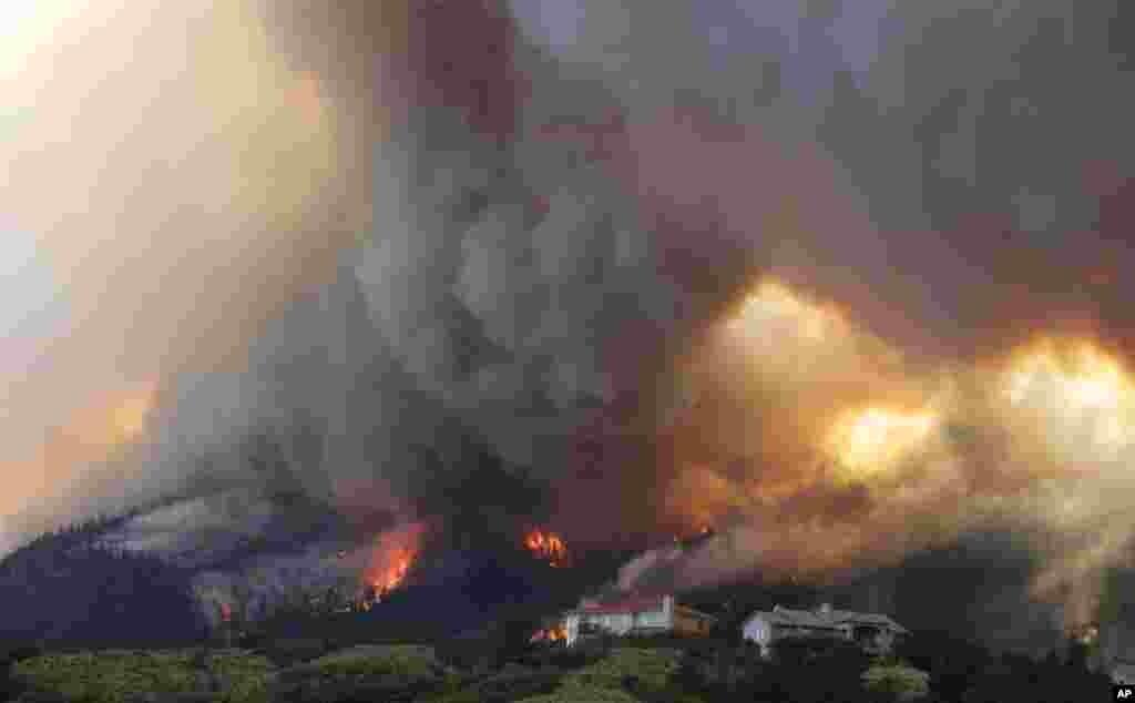 Požar koji je potekao iz kanjona Waldo još se više razbuktava kako ulazi u predgraša Colorado Springsa, 26. juna 2012.