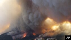 35.000 cư dân ở Colorado Springs phải rời khỏi nhà khi vụ cháy rừng Waldo Canyon bất ngờ vượt quá tầm kiểm soát