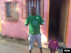 UMnu. Gift Ncube waqunywa izandla aze adutshulwe ngumqhatshi.