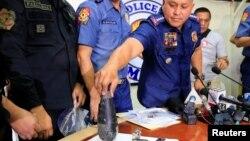 28일 마닐라 경찰청에서 열린 기자회견에서 필리핀 경찰관계자들이 미국대사관 인근에서 발견된 사제폭탄에 대해 설명하고 있다.