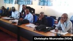 Ministres et syndicats à la réunion dans l'une des salles du ministère de l'Intérieur à Bujumbura, le 25 janvier 2018(VOA/Christophe Nkurunziza)