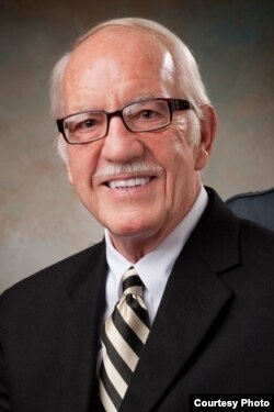 乔治亚大学名誉退休教授罗纳德·卡尔森(Ronald Carlson)