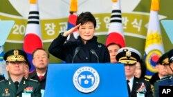 박근혜 한국 대통령이 6일 충청남도 계룡대에서 열린 육·해·공 3군 장교 합동임관식에 참석했다.