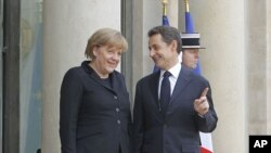 ນາຍົກລັດຖະມົນຕີເຢຍຣະມັນ ທ່ານນາງ Angela Merkel ແລະ ປະທານາທິບໍດີຝຣັ່ງ ທ່ານ Nicolas Sarkozy ທີ່ໄດ້ກ່າວວ່າ ຈະດໍາເນີນການຊຸກຍູ້ຄືນໃໝ່ ເພື່ອຮັດແໜ້ນການຮ່ວມມືທາງ ເສດຖະກິດ ໃນຂົງເຂດທີ່ໃຊ້ເງິນຢູໂຣ