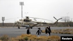 Pejuang Houthi di pangkalan militer dekat bandara Sanaa, 28 Maret 2015. (REUTERS/Khaled Abdullah). Angkatan Laut Arab Saudi dilaporkan tengah mengevakuasi puluhan diplomat asing dari Yaman yang bergolak, termasuk diplomat Arab Saudi.