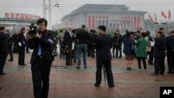 Các ký giả quốc tế tường thuật bên ngoài Cung Văn Hóa ngày 25/4/2016 về Đại hội Đảng Công nhân ở Bình Nhưỡng, Bắc Triều Tiên.