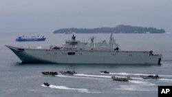 Kapal AL Australia HMAS Adelaide berlayar didampingi kapal marinir Filipina dan pasukan Australia saat latihan militer gabungan di Teluk Subic, 15 Oktober 2017.